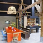 masa mare handmade cu scaune de diferite forme si culori