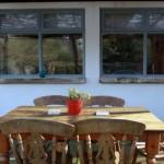 masa si scaune pe terasa in fata casei cu fata in stil spaniol
