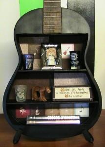 mini biblioteca din carcasa chitara veche