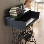 mini birou din suport masina de cusut veche si blat din lemn