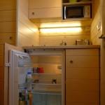 mini frigider bucatarie mica casa compacta lemn 9 metri patrati
