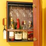 minibar perete design vintage confectionat din geamantan vechi