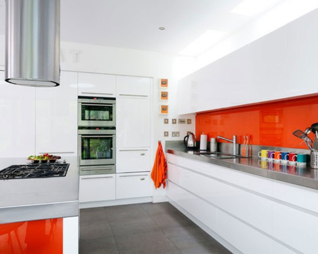 mobila alba bucatarie faianta portocalie
