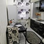 mobilier modern bucatarie mica si ingusta amenajata in alb si negru