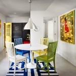 mod asortare scaune colorate bucatarie cu tabloul de pe pereti