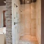 model baie cu cabina de dus walk in finisata cu piatra naturala si travertin