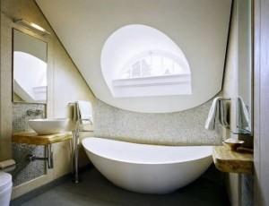 model baie moderna minimalista amenajata in mansarda