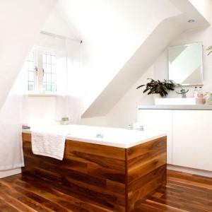 model baie rustica minimalista amenajata in mansarda