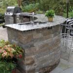 model bucatarie de vara cu bar semicerc din piatra naturala