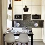 model bucatarie moderna cu dulapuri crem si usi fara manere