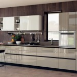 model bucatarie moderna minimalista mobila crem fronturi lucioase fara manere
