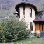 O casa cu arhitectura ciudata, placata integral cu piatra – Imagini