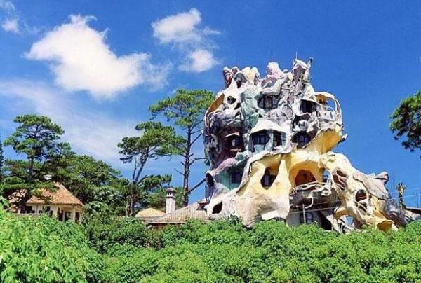 neobisnuita casa nebuna in forma unui trunchi urias de copac din vietnam dalat