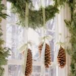 ornament craciun fereastra crengi de brad si conuri