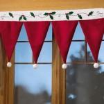 ornament craciun pentru fereastra perdea in forma de caciulite cu ciucuri