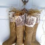 ornament de craciun stil rustic scandinav usa intrare cizme din panza de sac si paie