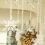 ornamente de culoare alba decor craciun pentru lustra