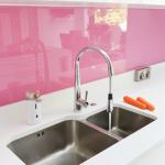 panou sticla colorata roz decor perete bucatarie moderna minimalista