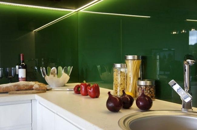 panou sticla colorata verde inchis perete bucatarie moderna