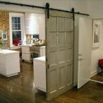 panou usa glisanta din usa veche de lemn montata pe sina