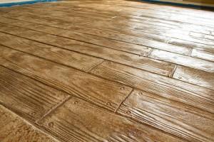 pardoseala din beton amprentat ce imita dusumeaua din lemn