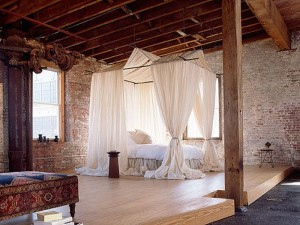 pat luxos cu baldachin dormitor decorat cu caramida