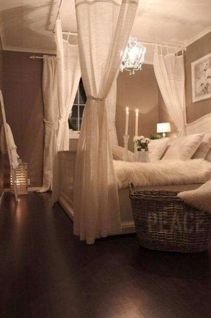 pat matrimonial confortabil de culoare alba
