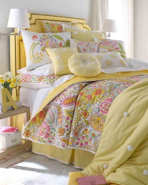 pat romantic lenjerie colorata nuante pastel cu multe pernute decorative