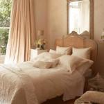 pat romantic shabby chic dormitor decorat in nuante de crem si bej