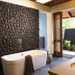 perete decorat cu piatra naturala baie moderna