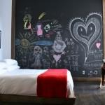 perete dormitor zugravit cu vopsea decorativa cu efect de creta culoare neagra
