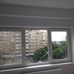 perete fereastra montaj draperie