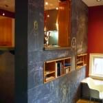 perete finisat cu vopsea cu efect de tabla de scris decor apartament modern