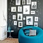 perete living zugravit cu vopsea cu efect de tabla de scris culoare neagra