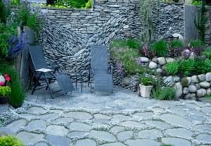 perete miscator in gradina construit din piatra naturala