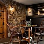 perete placat piatra naturala usa masa si scaune din lemn masiv bar beci casa