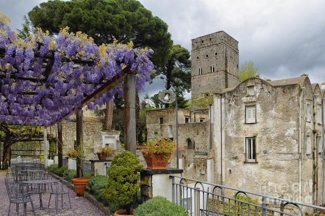 Pergola Imbracata In Glicina Inflorita Italia Coasta Amalfitana