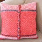 pernuta decorativa din pulover vechi cu nasturi