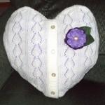 pernuta decorativa din pulover vechi in forma de inimioara cu nasturi