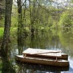 pluta din lemn pe lacul din fata cabanei rustice din Dordogne Franta