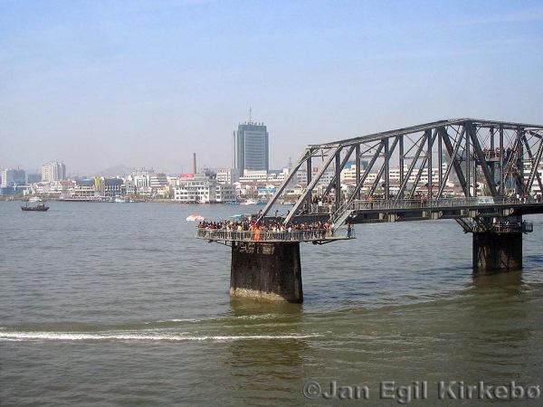 podul pietonal de pe raul yalu china coreea de nord