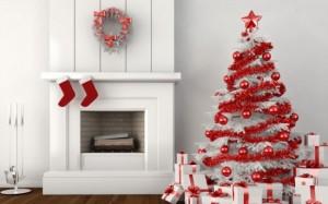 pom craciun alb decorat cu ornamente rosii
