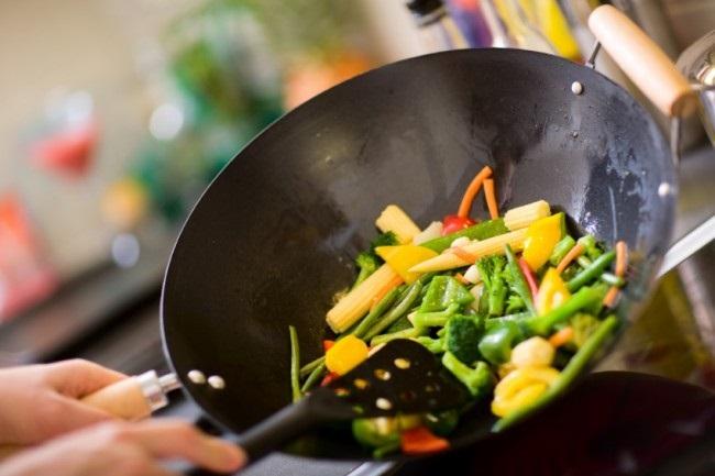 preparare-mancare-in-tigaie-wok