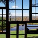 priveliste prin peretele din sticla al casei din lemn de 500 usd