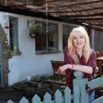 proprietara in fata fostelor garaje transformate in casa cu exterior in stil spaniol