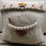 pulover polar vechi transformat in pernuta decorativa