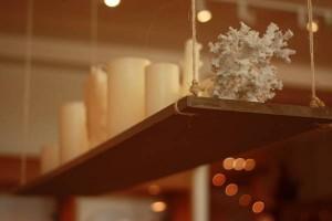 raft decorativ lemn agatat cu sfori de tavan