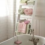 raft pentru prosoape baie confectionat din scara de lemn