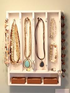 raft suport bijuterii dormitor din sertar vechi pentru tacamuri