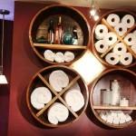 rafturi si suporturi prosoape baie din butoaie vechi reciclate